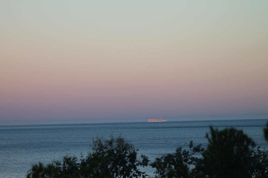 Un coucher de soleil derrière la colline des Issambres