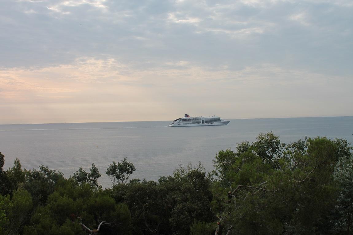 Ces énormes yatchs naviguent dans la baie vers St-Tropez
